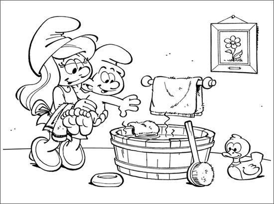 Coloriage Schtroumpfette donne le bain à bébé Schtroumpf